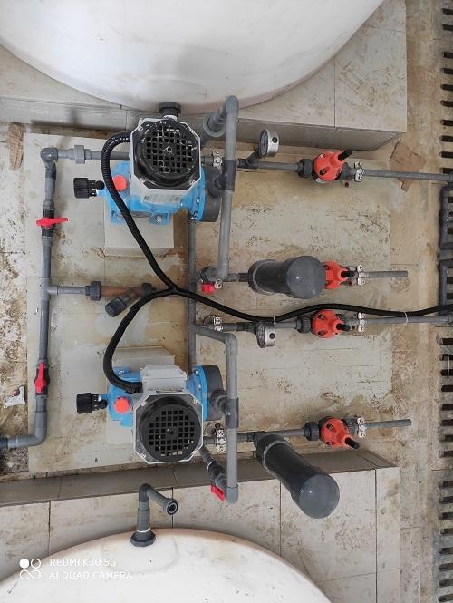 伦晗电子的工程师近期在綦江石壕安装自来水厂二期供水加氯加药系统